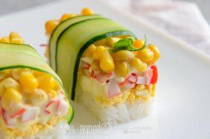 салат с крабовыми палочками кукурузой рисом