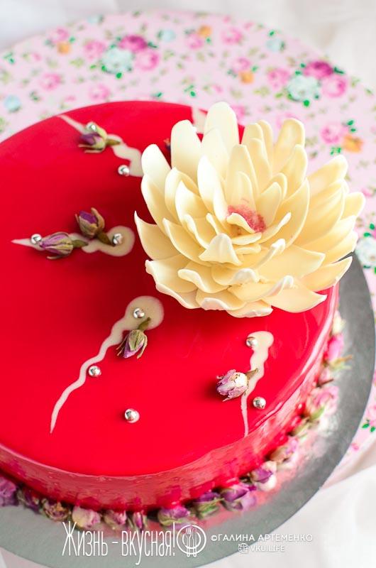 торт с красными ягодами
