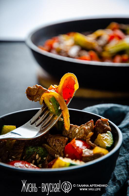 теплый салат с огурцами и говядиной