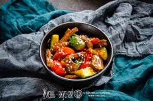 теплый салат с огурцами