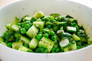зеленый салат с огурцами горошком
